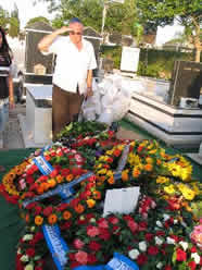 An Israeli demobilized pilot is saluting to Weizman's cemetery on April 26,2005