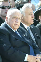 Israeli Premier Shalon and president Moshe Katsav in Weizman's burial on April 26,2005